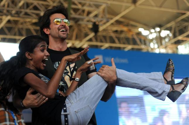 Actor Hrihik Roshan lifts a fan at the launch of Krrish 3 game at Dayananda Sagar College in Bangalore on Oct. 7, 2013. (Photo: IANS)
