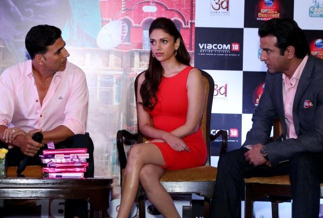 Akshay Kumar, Aditi Rao Hydari and Ronit Roy (3)