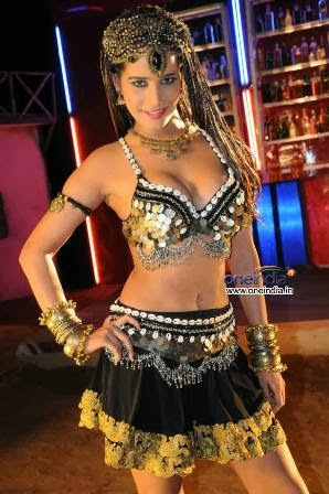 poonam-pandey-performing-item-song-love-is-poison+%282%29