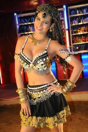 poonam-pandey-performing-item-song-love-is-poison+%283%29