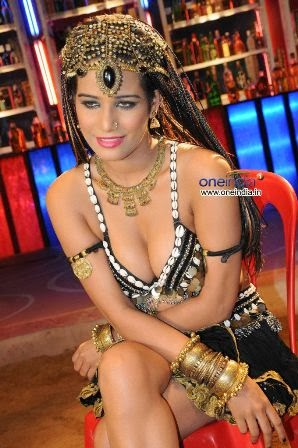 poonam-pandey-performing-item-song-love-is-poison+%285%29
