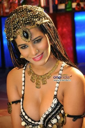 poonam-pandey-performing-item-song-love-is-poison+%287%29