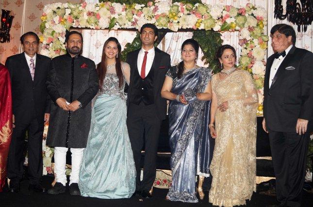 9_Dharmendra, Suresh Kalmadi, Ahana Deol, Vaibhavv Vohra and Hema Malini_07Feb2014